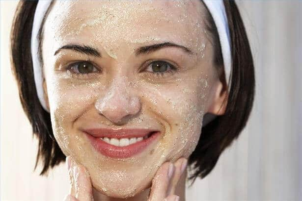 Oatmeal mask to treat rosacea on face