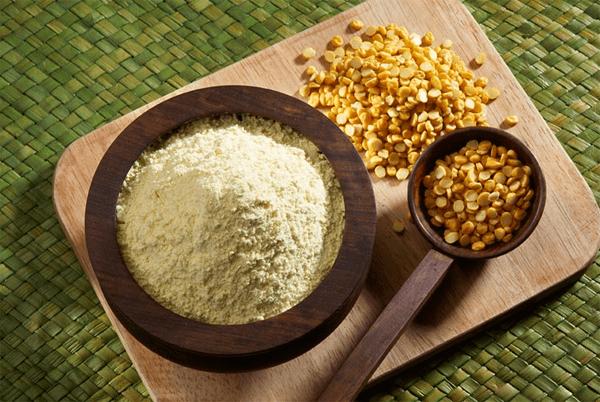 Honey face pack using honey and gram flour